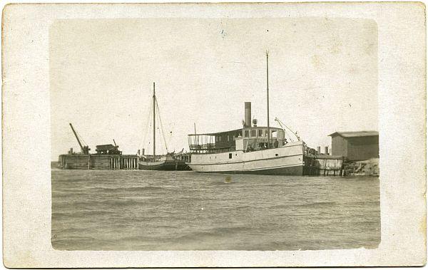 Kauba-reisiaurik HIIOMAA Heltermaa sadamas aastal 1913