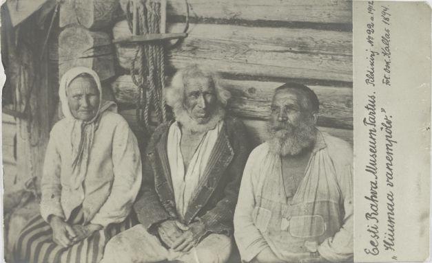 9564359d97d Nr. 22: Hiiumaa vanempõlv. ERM Pk 1:1/22 1912.a. Tiraaž 364. Woldemar  Thomsoni fotoäri. Foto: Oskar Kallas (1868-1946) Hiiumaa, kolm vanakest  1894.