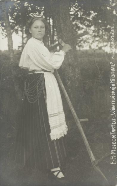 6cc2ecd3ff5 Nr. 52: Vikatiluiskaja Hiiumaal. ERM Pk 1:1/50 1912.a. Tiraaž 2977.  Woldemar Thomsoni fotoäri. Foto: Gustav Lember (1874-1916) Hiiu naine  vikatit luiskamas